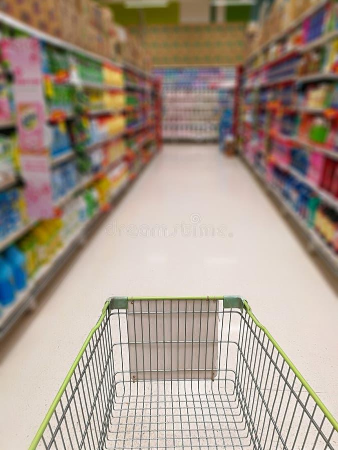 Chariot dans le supermarché images stock