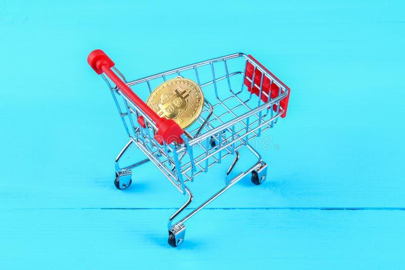 Chariot de chariot à achats avec le bitcoin de pièces de monnaie, marchandises d'achats pour la crypto devise photographie stock libre de droits