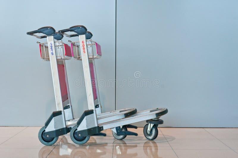 Chariot de bagage d'aéroport image stock