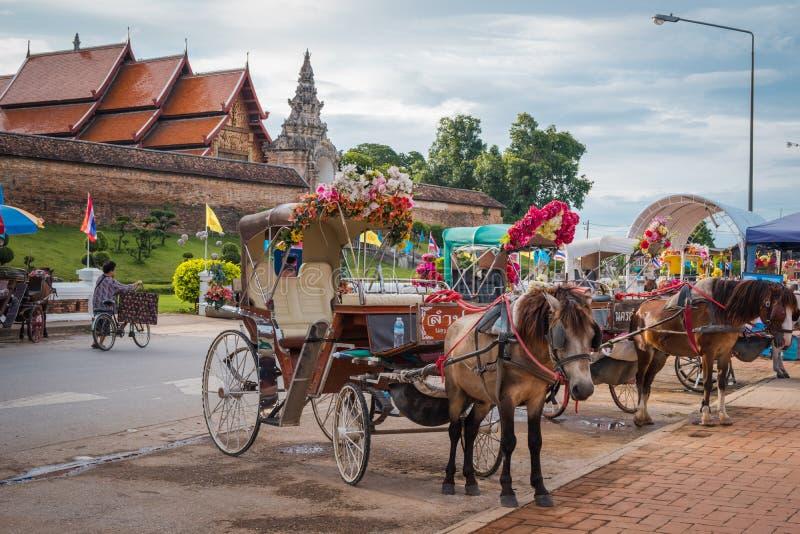 Chariot de cheval chez Wat Phra That Lampang Luang Le temple antique en Tha?lande images libres de droits