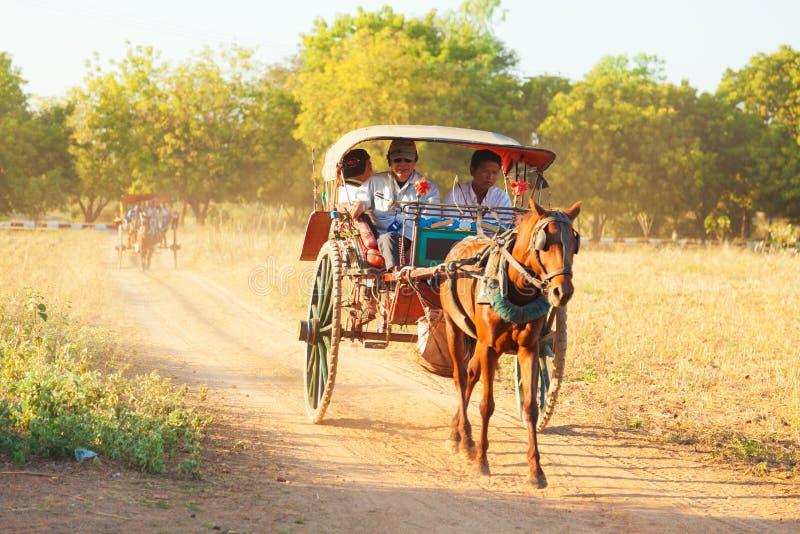 Chariot de cheval dans Bagan, Myanmar photo stock