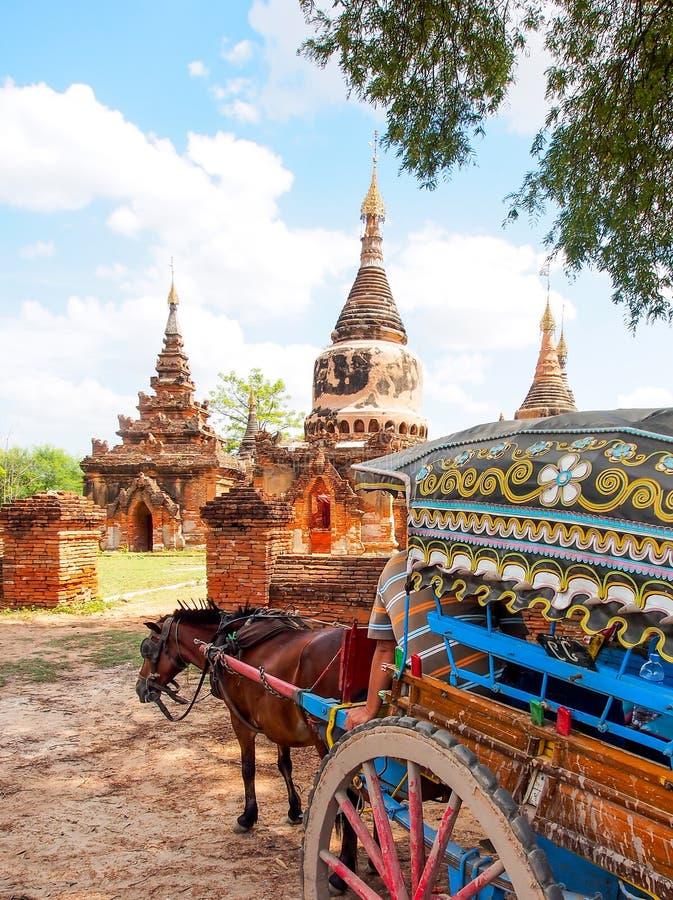 Chariot de cheval et complexe de pagoda de Daw Gyan, Ava, Myanmar 2 photos stock