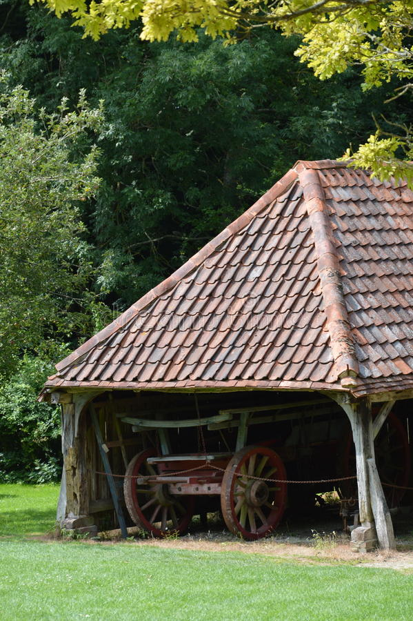 Chariot de foin dans la vieille grange images stock