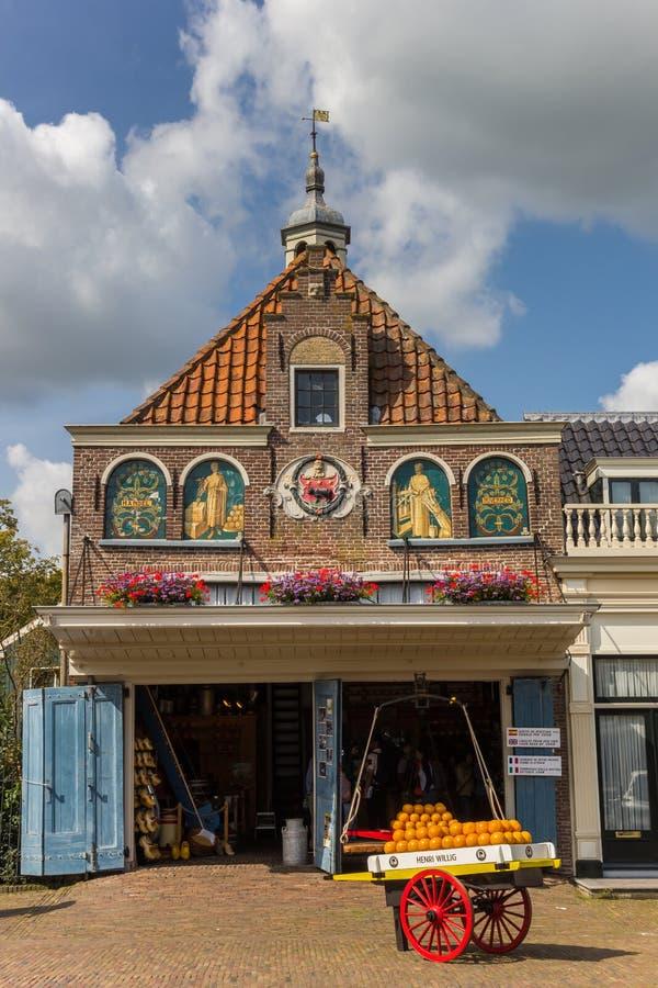 Chariot de fromage devant une boutique en édam images stock