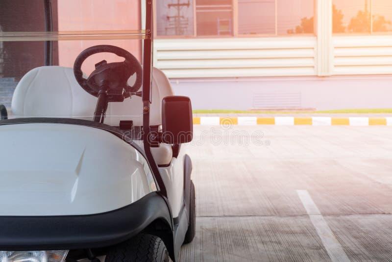 Chariot de golf, parc le garage photos libres de droits