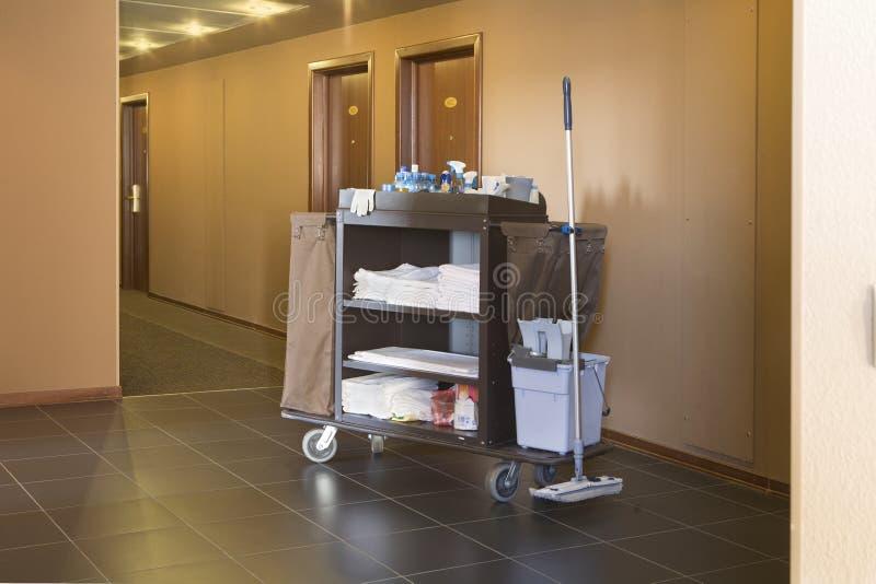 Chariot de ménage d'hôtel photos stock