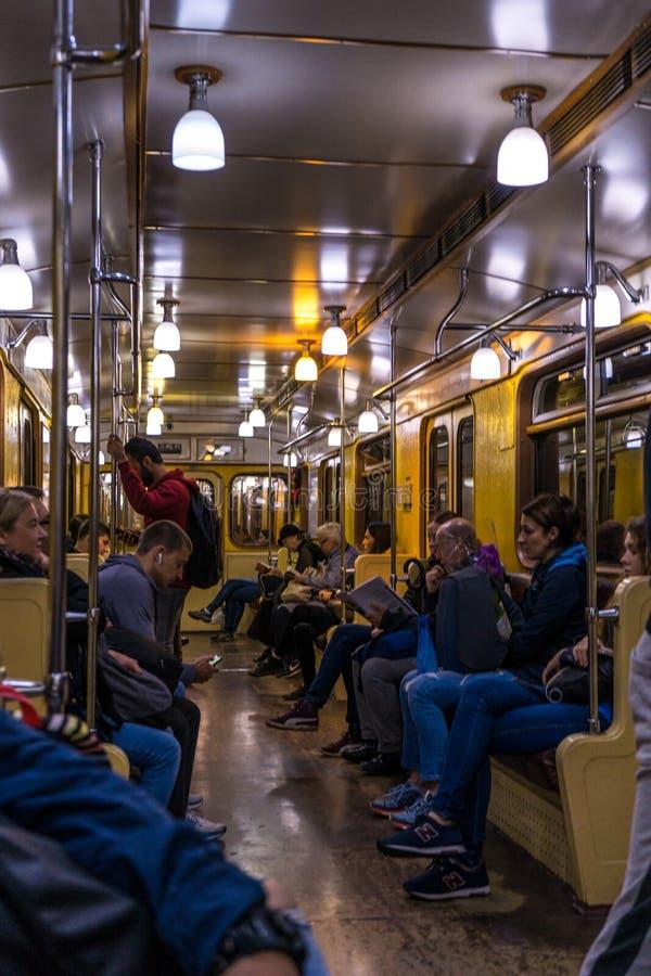 Chariot de métro de cru en service sur une ligne ordinaire de métro dans la métro russe de capitale images stock