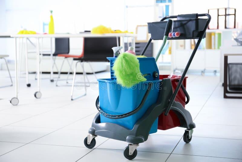 Chariot de portier avec des outils pour le nettoyage photos stock