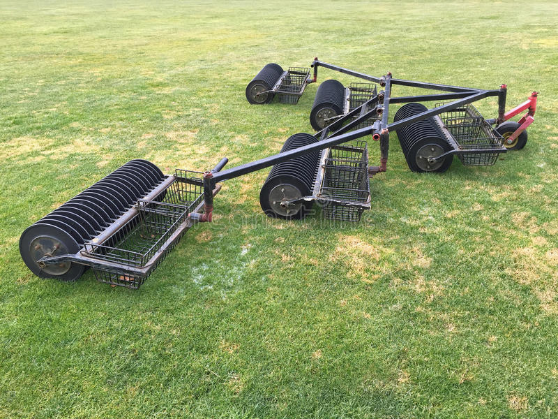 Chariot de récolteuse de boule pour prendre des boules de golf au champ d'exercice images stock