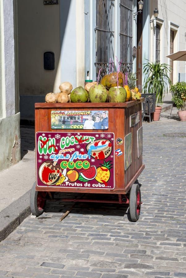 Chariot de rue vendant l'eau de noix de coco à La Havane, Cuba images libres de droits