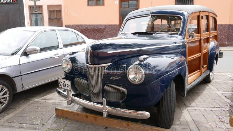 Chariot de station bleu de Ford Super Deluxe Woody à Lima photographie stock