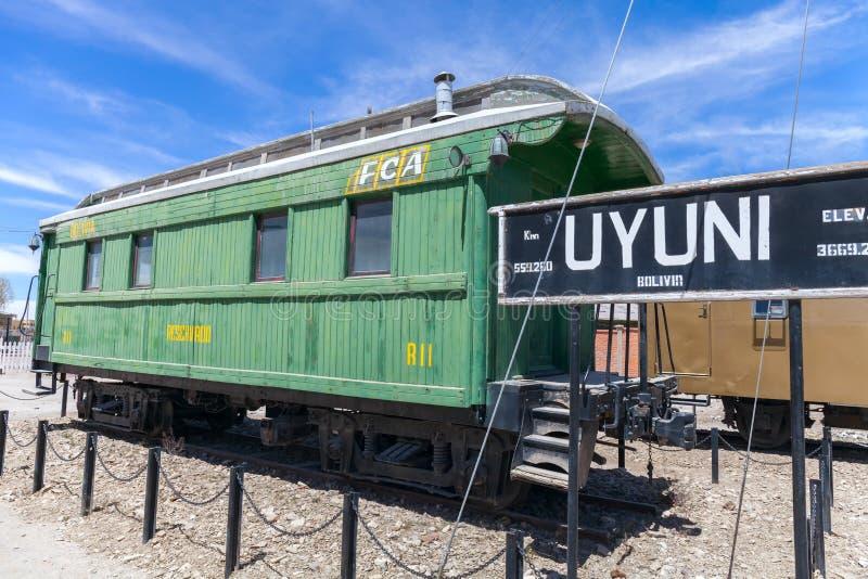 Chariot de station de train d'Uyuni vieux plaines étonnantes de sel dans les montagnes andines photos libres de droits