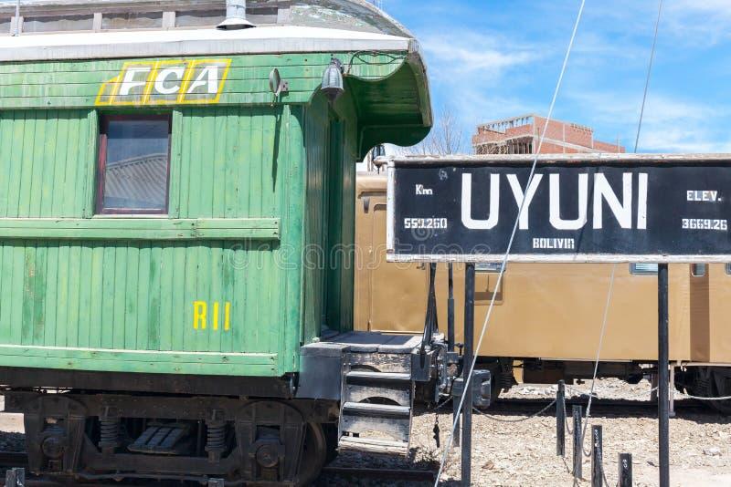 Chariot de station de train d'Uyuni vieux plaines étonnantes de sel dans les montagnes andines images stock
