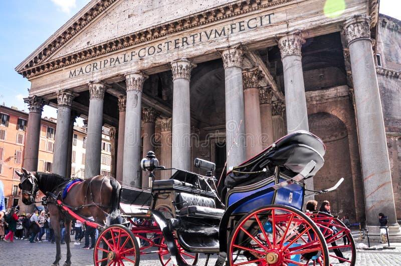 Chariot de touristes célèbre de cheval devant le Panthéon romain antique de temple commissionné par Marcus Agrippa pendant le règ photographie stock