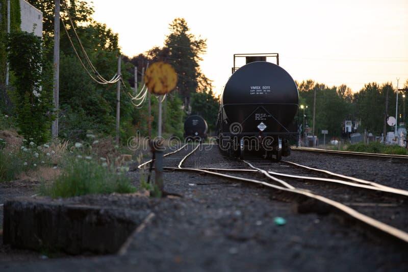 Chariot de transport d'huile sur les chemins de fer images libres de droits