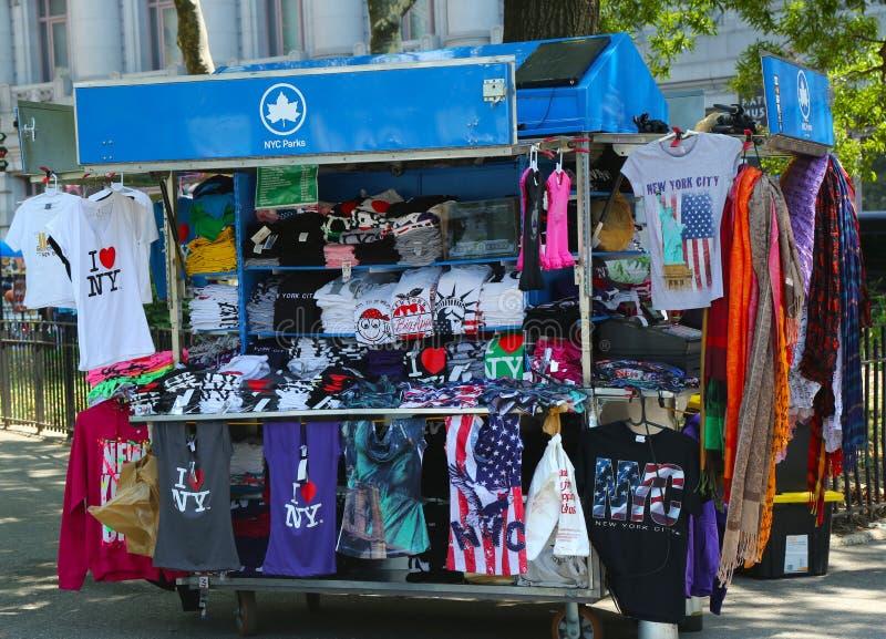 Chariot de vendeur de souvenirs de rue à Manhattan images stock