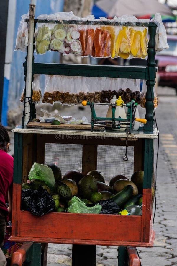 Chariot de vente de fruit photos stock