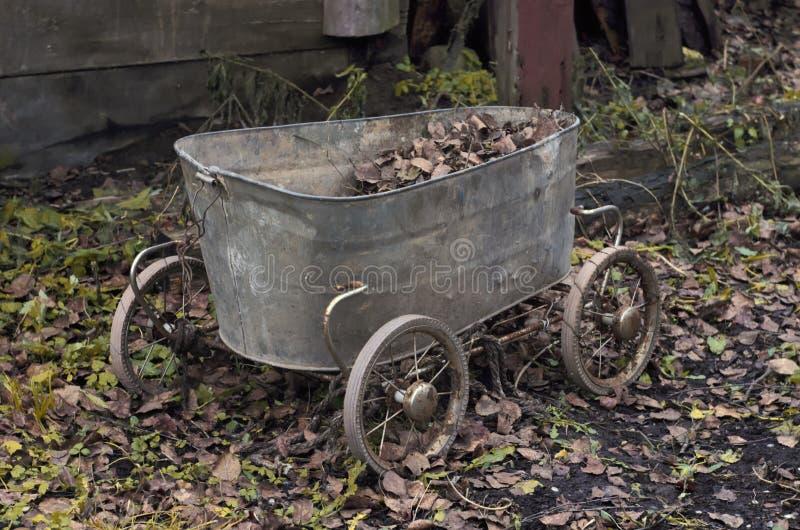 Chariot de vintage fait à partir d'un vieux bain de bébé photographie stock libre de droits