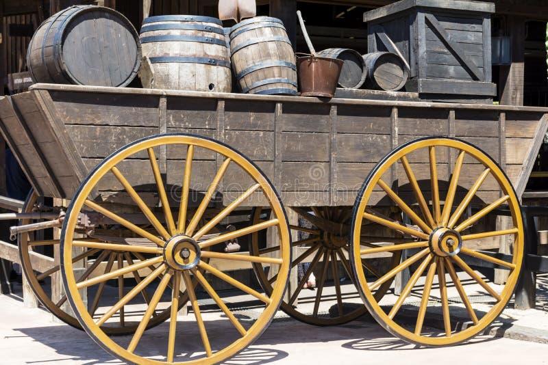 Chariot en bois avec des barils au Mexique photos stock