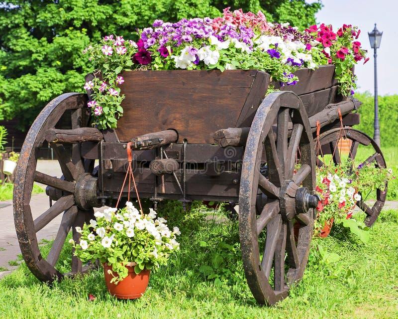 Chariot en bois avec des fleurs d'été photos libres de droits
