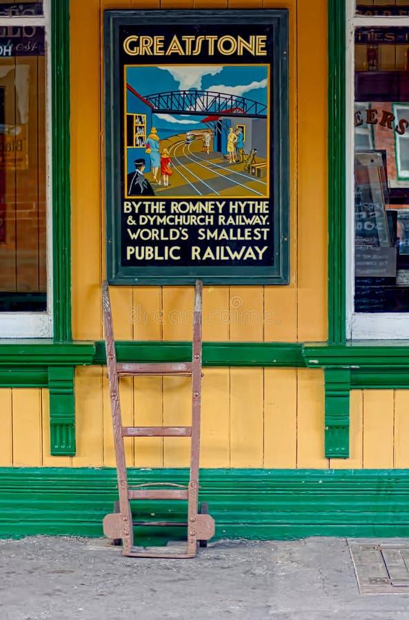 Chariot et affiche de cru sur la plate-forme préservée de station images stock