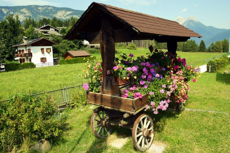Chariot fleuri dans Cadore en montagnes de Dolomity, Italie images libres de droits