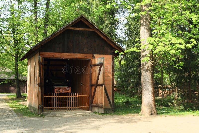Chariot historique dans la maison de brique image stock