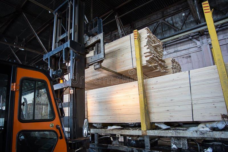 Chariot ?l?vateur folklorique dans l'usine en bois photographie stock