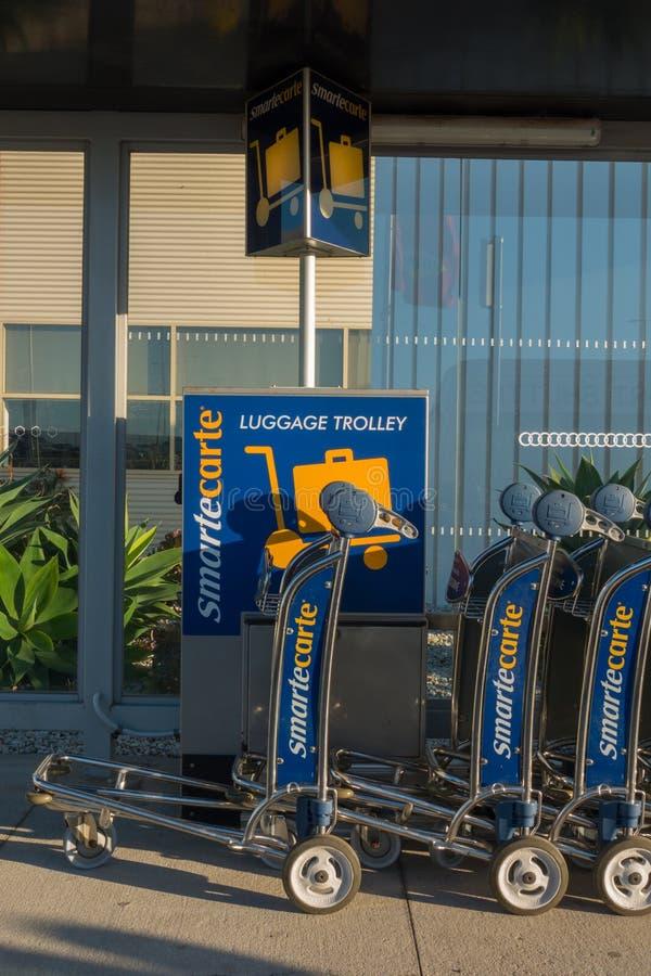 Download Chariot Pour Le Bagage à L'aéroport Photographie éditorial - Image du mouche, vacances: 76089707