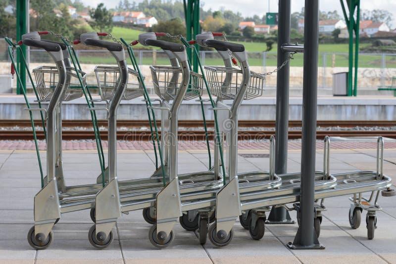 Chariot pour le bagage à la gare ferroviaire images stock