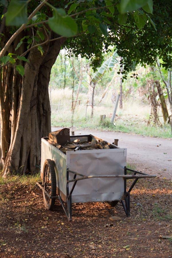 Chariot sale de déchets photo libre de droits