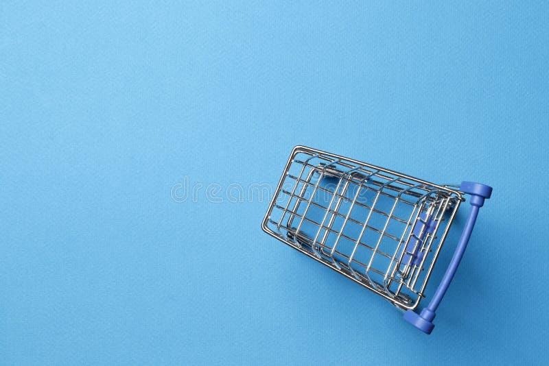 Chariot sautant ? cloche-pied sur un fond bleu image libre de droits
