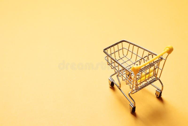 Chariot sautant à cloche-pied sur un fond jaune photos libres de droits