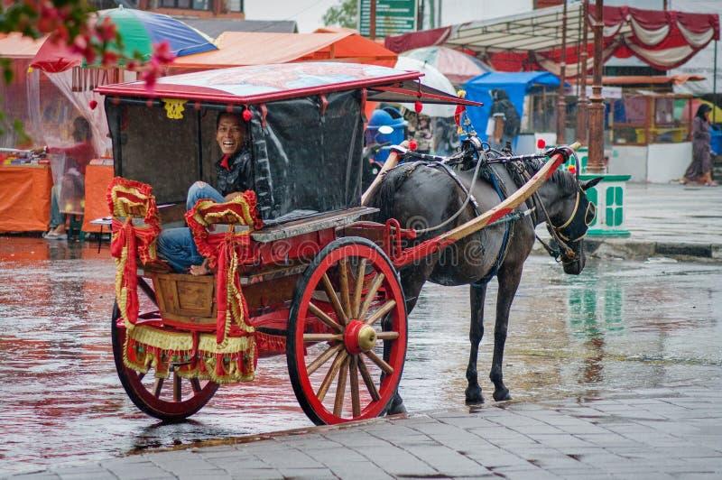 Chariot sur la rue dans Bukittinggi, Indonésie photographie stock