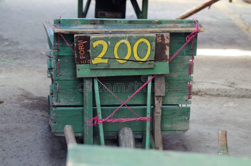 Chariot traditionnel de Wodden sur un marché du Honduras pour les paquets de transport images stock