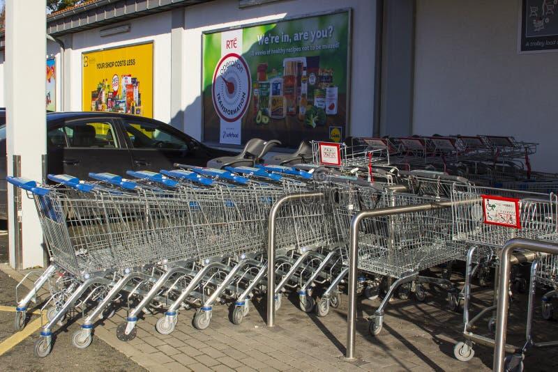 Chariots à achats d'acier inoxydable en dehors d'un supermarché du ` s de Lidl images stock