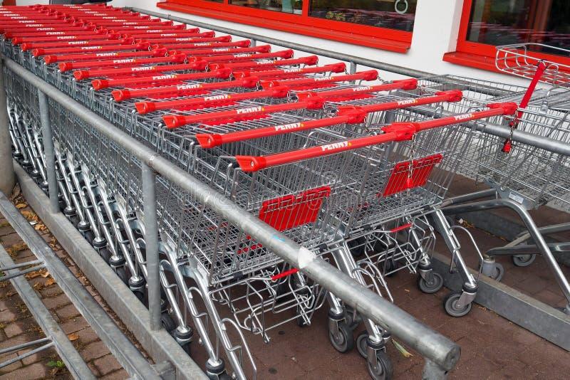 Chariots à achats d'un supermarché de remise images libres de droits