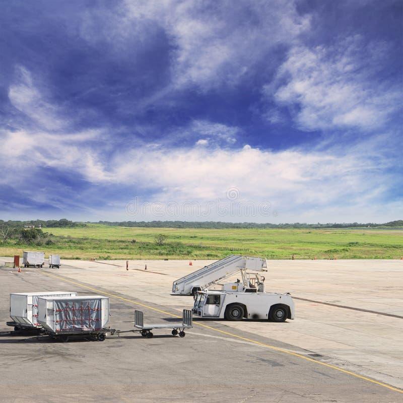 Chariots à fret avec les bagages chargés photos stock