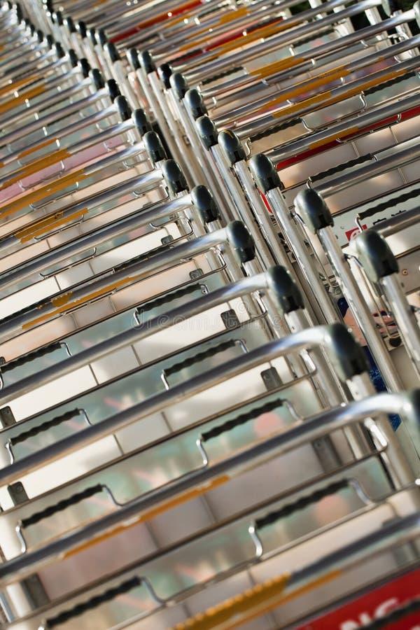 Chariots alignés à bagages, aéroport international capital de Pékin photographie stock libre de droits