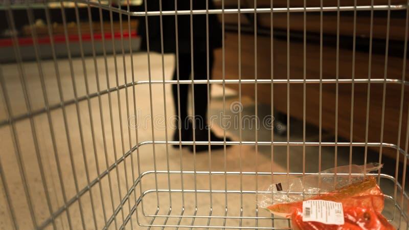 Chariots d'épicerie au supermarché images stock