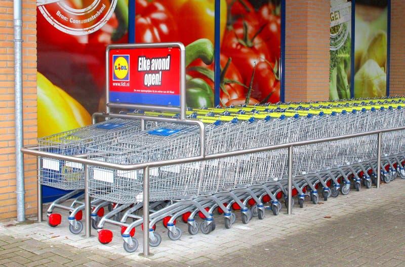 Chariots d'épicerie du supermarché de Lidl, Pays-Bas image stock