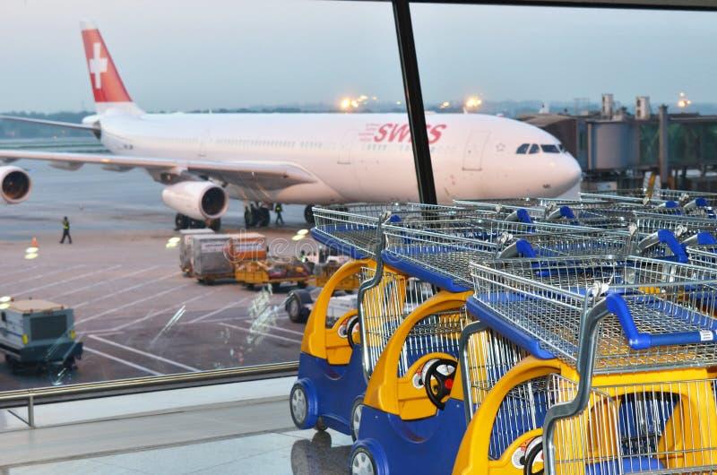 Chariots de bagage d'aéroport images stock