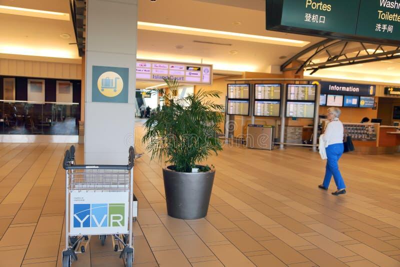 Chariots de bagage dans l'aéroport images libres de droits