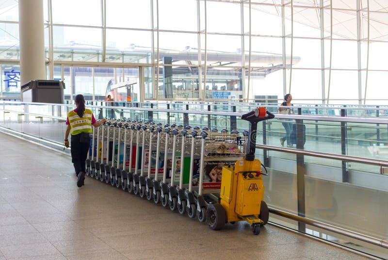 Chariots de bagages à l'aéroport moderne photo libre de droits