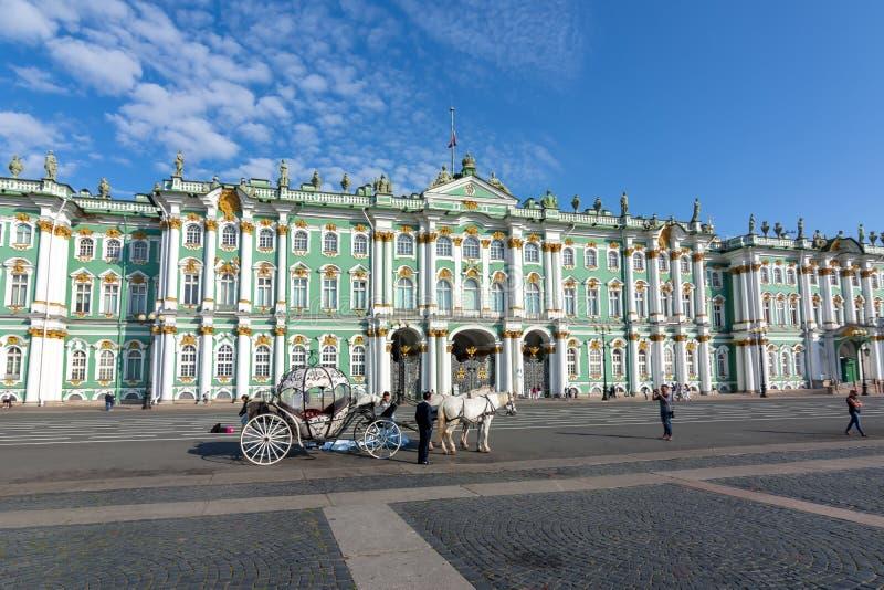 Chariots de cheval sur la place de palais et le musée d'ermitage, St Petersburg, Russie photo libre de droits