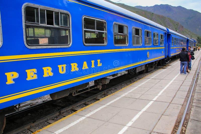Chariots de Perurail pour des gens du pays à la station de train dans Ollantayta image libre de droits