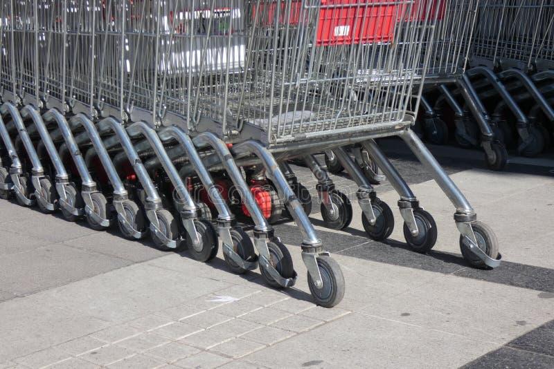 Chariots de supermarché photos stock