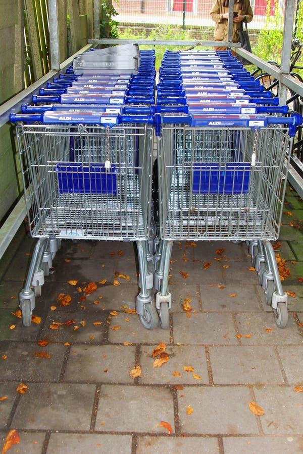 Chariots de supermarché du magasin de supermarché d'Aldi, Pays-Bas images stock
