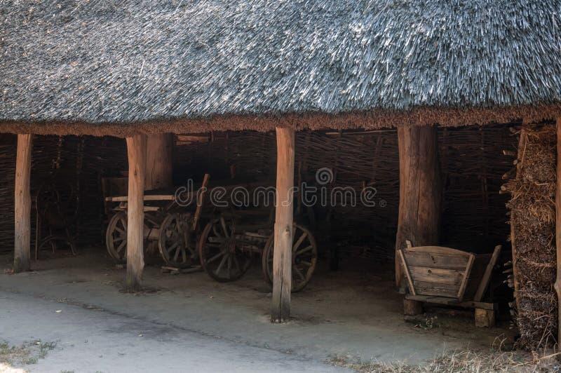 Chariots en bois à l'intérieur de la vieille grange photos libres de droits