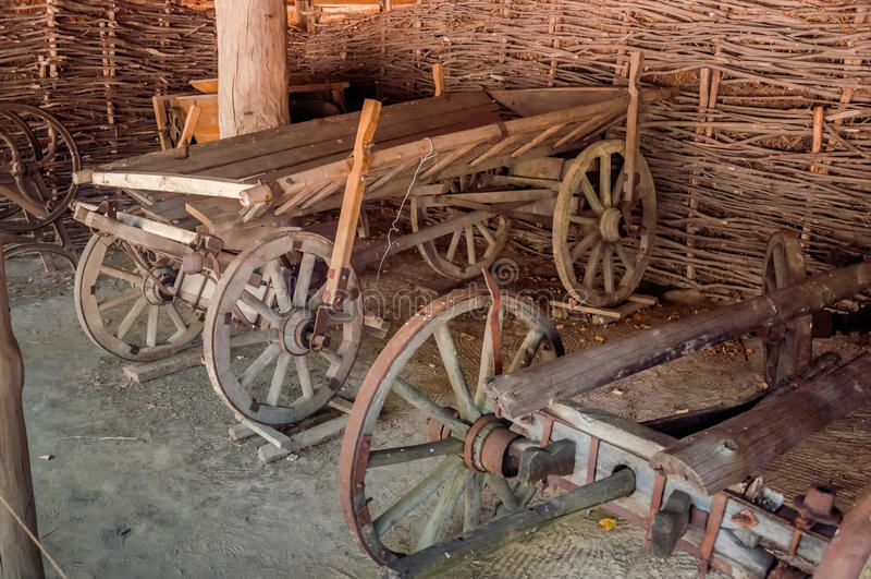 Chariots en bois à l'intérieur de la vieille grange photo libre de droits